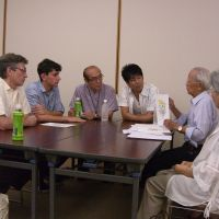 Witnesses: Clifton Truman Daniel (left) and Ari Beser, whose grandfathers ordered and participated in the atomic bombings of Hiroshima and Nagasaki, are shown copies of oil paintings by Hiroyuki Goto (third from right) depicting scenes he witnessed after the Hiroshima attack on Aug. 6, 1945. | MASAMI ITO/KYODO