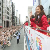 Wearing silver in Ginza: Women's soccer star Homare Sawa waves to fans Monday during a parade in Tokyo to fete Japan's London Olympics team. | KYODO