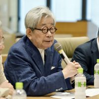 Opening salvo: Nobel literature laureate Kenzaburo Oe briefs reporters Wednesday in Tokyo about the launch of a nationwide network seeking the abolition of nuclear power plants.   KYODO