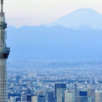 Riding high: The 634-meter-tall Tokyo Skytree towers above Sumida Ward on Jan. 1 against the backdrop of Mount Fuji.   KYODO