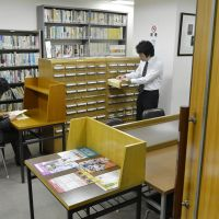 Collective memory: Visitors conduct research in the library at the Misonoza theater in Nagoya. | CHUNICHI SHIMBUN
