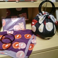 Various furoshiki, combined with plastic rings, can be flexibly transformed into a lovely 'strawberry bag.'