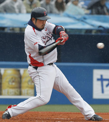 The Swallows' Kazuhiro Hatakeyama finished third in the CL with 23 home runs in 2011. | KYODO