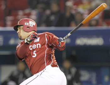Big night: Eagles slugger Jose Fernandez hits a two-run single in the fifth inning against the Marines on Thursday at QVC Marine Field. Fernandez added a go-ahead single in the seventh in Tohoku Rakuten's 6-3 win over Chiba Lotte. | KYODO