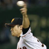 On top of his game: Toshiya Sugiuchi pitches against the Eagles on Wednesday at Tokyo Dome. | KYODO