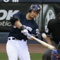 On a tear: Brewers leadoff hitter Norichika Aoki hits a solo home run on a 1-1 pitch from Cubs starter Matt Garza in the fourth inning on Thursday in Milwaukee. | KYODO