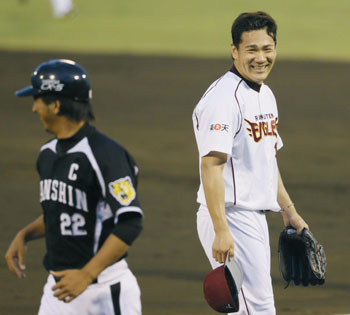 Light relief: Pacific League pitcher Masahiro Tanaka (right) shares a joke with Kyuji Fujikawa of the Central League during Game 3 of the All-Star Series in Morioka on Monday. | KYODO