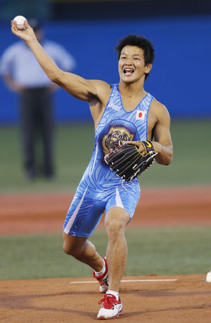 Guest of honor: Wrestler Ryutaro Matsumoto, the 60-kg bronze medalist at the 2012 London Olympics, tosses the ceremonial first pitch at the Yomiuri Giants-Tokyo Yakult Swallows game on Tuesday at Jingu Stadium. The nine-inning contest ended in a 6-6 tie. | KYODO