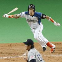 Holiday special: Hokkaido Nippon Ham pinch hitter Kenshi Sugiya hits an eighth-inning, tiebreaking RBI single during the Fighters' 5-4 win over the Buffaloes on Monday. | KYODO