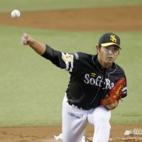 Strong outing: Softbank starter Tadashi Settsu pitches against Seibu in Game 1 of the first stage of the PL Climax Series on Saturday.   KYODO