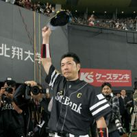 Saluting the fans: Hawks captain Hiroki Kokubo acknowledges his supporters after the final game of his 19-year pro career. | KYODO