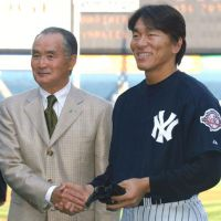 Pair of legends: Former Yomiurui Giants great Shigeo Nagashima (left) and Hideki Matsui,who played for him on the Giants, pose for a photo in April 2003, when Matsui made his regular-season debut with the New York Yankees. | KYODO PHOTOS