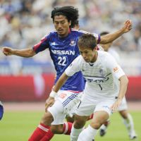 By any means: Hiroshima's Koji Morisaki moves the ball in front of F. Marinos defender Yuji Nakazawa during their match on Saturday in Yokohama. | KYODO