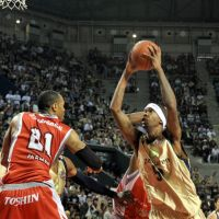 Power and speed: Ryukyu Golden Kings star Jeff Newton (right) is the only player in bj-league history to play for five championship teams.   YOSHIAKI MIURA