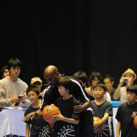 Sharing his passion: Longtime NBA guard Gary Payton gives pointers to youngsters on Oct. 6 during the NBA 3X Japan events in Sendai.   NBA ASIA