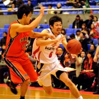 Fresh start: Osaka Evessa guard Satoshi Takeda (right) and Chiba Jets guard Hiroki Sato are looking to lead their teams to better performances as the calendar flips to 2013. | YOSHIAKI MIURA