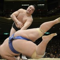 Undefeated yokozuna Harumafuji inches closer to title