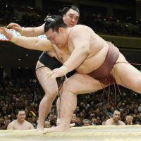 Harumafuji moves closer to title