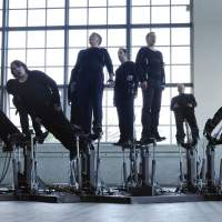 The 'Pendulum Choir' challenges music and movement. | © COD.ACT PHOTO: XAVIER VOIROL
