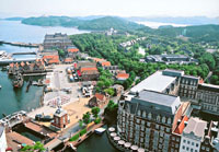 Located on the shore of Omura Bay, where it can be reached by boat from Nagasaki airport, or by bus from the city itself, Huis Ten Bosch is not only pleasing to the eye, but it is also a model of recycling and environmental awarenss.
