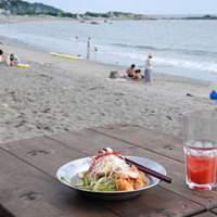 The mellow beaches of Hayama (such as the stretch at Isshiki) offer simple beach snacks.