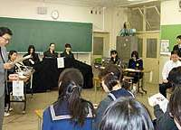 Public Prosecutor Ryuji Hatano (left) and Kunio Ooyama conduct a mock trial with first- and second-year students of the Junior High School of Ochanomizu University.
