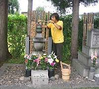 Kajipon at the grave of poet and children's story writer Kenji Miyazawa in Hanamaki, Iwate Prefecture, in July 2004.