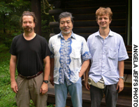 Thomas Farnbacher (right) has brought a Caravan of Truth to Japan to demonstrate El Haddawi, which explores and teaches dance, martial arts and body movement in combination.
