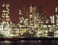 Whether they are seen by night, like this oil refinery in Yokohama's Negishi district (above), or in broad daylight, such as this huge complex in the Ukishima district of Kawasaki, massive industrial plants are things of great 'functional beauty' for the many people with eyes to see them that way. | TETSU ISHII PHOTOS