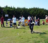 Mouse-padistas give it their all in the World Mouse Pad Throwing Competition (above and left) held in July in Chita, Aichi Prefecture; while a competitor puts his best foot forward practicing for a shoe-golf tourno at Yomiuri Land in western Tokyo (below). | PHOTOS COURTESY OF JAPAN MOUSE PAD THROWING ASSOCIATION; YOMIURI LAND PHOTO