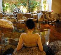There's no longer any need for the long drive to the mountains to enjoy a hot springs experience, as onsen like Zaboo in Azabu spurt up in the city. The addition of other services such as the hot-stone massage (below) are attributed with helping these urban spas gain acceptance among a discerning public. | YOSHIAKI MIURA PHOTOS