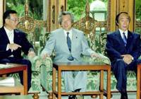 Prime Minister Junichiro Koizumi is flanked by Finance Minister Sadakazu Tanigaki (left) and Health, Labor and Welfare Minister Chikara Sakaguchi at a Cabinet meeting Friday during which a fiscal 2005 budget cap was approved.