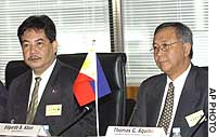 Thomas G. Aquino (right), undersecretary for international trade at the Philippine Department of Trade and Industry, and Edgardo B. Abon, chairman of the Philippine Tariff Commission, attend an FTA meeting in Tokyo.