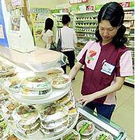 Convenience stores try to minimize 'bento' disposal