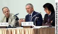 Fraser Cameron speaks during a symposium on the European Union at Keidanren Kaikan in Tokyo on Sept. 6. He is flanked by his co-panelist Martin Schulz, and Yasuhiko Ota, a Nihon Keizai Shimbun editorial writer who served as moderator of the event.