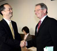 Chuck Lambert, U.S. deputy undersecretary of agriculture for marketing and regulatory programs, and Michitaka Nakatomi, deputy director general of the Foreign Ministry's Economic Affairs Bureau, greet one another ahead of their talks in Tokyo on Wednesday.