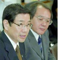 Masatoshi Sato (left), new president of Sompo Japan Insurance Inc., announces the resignation of his predecessor, Hiroshi Hirano, at a Friday news briefing in Tokyo.