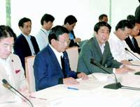 Internal Affairs Minister Heizo Takenaka (left), economic and fiscal policy minister Kaoru Yosano (center) and Chief Cabinet Secretary Shinzo Abe attend a working-level meeting on fiscal matters Monday at the Prime Minister's Official Residence in Tokyo.