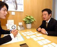 Former Weightlifter Koki Tagashira (right) discusses his athletic background and jobs he hopes to get with Shuichi Onishi, a consultant at Intelligence Inc., at the firm's office in Tokyo last month.   SATOKO KAWASAKI PHOTO