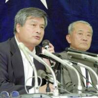 Masaaki Miwa (left), president of Hokuetsu Paper Mills Ltd., briefs reporters Aug. 9 in Tokyo about Nippon Paper Group Inc.'s plan to cooperate with his firm to block Oji Paper Co.'s takeover bid.   KYODO PHOTO