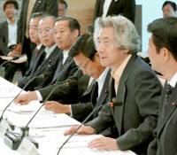Prime Minister Junichiro Koizumi, flanked by Chief Cabinet Secretary Shinzo Abe (right) and Financial Services Minister Kaoru Yosano, discuss the economic report for September. | KYODO PHOTO