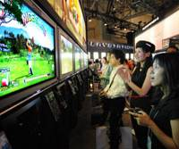 Reporters and Game industry officials try out Sony Computer Entertainment Inc.'s PlayStation 3 video game console Friday at the opening of Tokyo Game Show 2006 at Makuhari Messe convention center in Chiba. The country's biggest game show will open to the public on Saturday and Sunday.   YOSHIAKI MIURA PHOTO