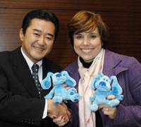 Leigh Anne Brodsky, president of Nickelodeon & Viacom Consumer products, and Andy Toyama, managing director of Sanrio Far East, celebrate a marchandising tieup at a Tokyo hotel during a recent interview with The Japan Times.   YOSHIAKI MIURA PHOTO