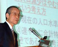 Kenzaburo Mogi, vice chairman of Kikkoman Corp., delivers a keynote speech at the Oct. 18 symposium on population issues at Keidanren Kaikan in Tokyo. | SATOKO KAWASAKI PHOTOS