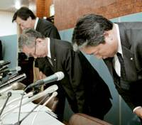 Fujiya Co. President Rintaro Fujii (center) and other executives of the major confectioner apologize over product safety problems at a news conference Monday in Tokyo. | KYODO PHOTO