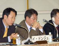 Lee Dong Joo (left) of the Maeil Business Newspaper discusses Japan-South Korean cooperation at the corporate level while his fellow panelists Kwack Jung Soo (center) and Koh Hyun Kohn listen. | SATOKO KASAWAKI PHOTOS