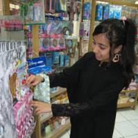 Nada Jamal, 13, picks out some lip gloss at Daiso Industries Co.'s first 100-style yen shop in Bahrain in May. | KYODO PHOTO