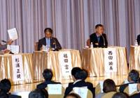 Panelists at the Sept. 18 symposium — (from left) Seiken Sugiura, Tomikazu Fukuda, Mutsumi Nishida and Kouichi Ikeda — discuss obstacles to decentralization of administrative power. | SATOKO KAWASAKI PHOTO
