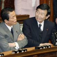 Game plan: Prime Minister Taro Aso speaks with Finance Minister Kaoru Yosano before a Lower House session Wednesday. | KYODO PHOTO