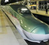 Wins by a nose: The new E5-type bullet train, sporting an elongated nose to reduce air resistance, arrives at JR Sendai Station late Monday after a test run.   KYODO PHOTO